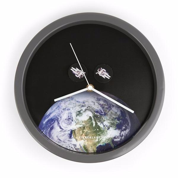 Kikkerland Часы настенные Astronaut стекло,пластик 22.5x21x5 см черный фото